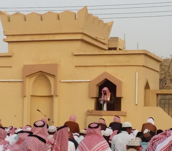 بالصور : أهالي الأحمر يؤدون صلاة عيد الفطر المبارك