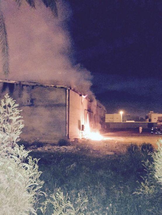 الدفاع المدني يباشر حريقًا في مستودع بمستشفى الأفلاج