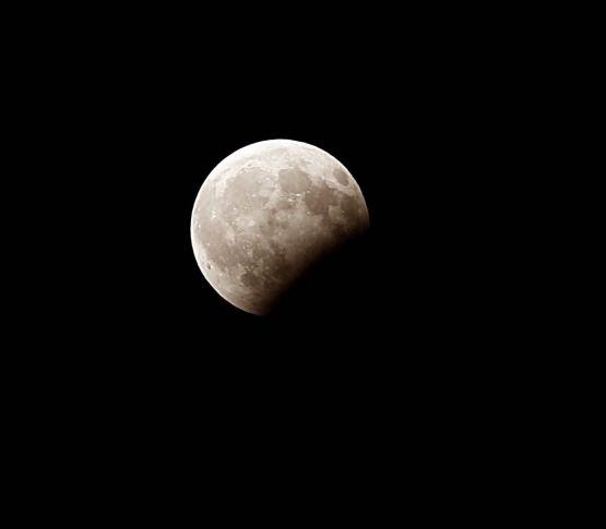 بالفيديو والصور : مراحل خسوف القمر في سماء الأفلاج