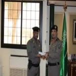 """مدير شرطة تبوك يسلم الرقيب """"الجابر"""" مكافأة مالية"""