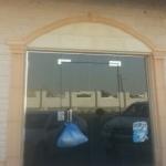 مواطن يرصد أكياس الخبز معلق في أبواب المطاعم مع حرارة الأجواء