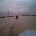 تحذير للأهالي والمسافرين السيول تغمر الطريق السريع