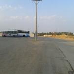 عامود كهرباء يتوسط طريق في الخرفة