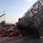 انقلاب شاحنة يسبب اختناق بالطريق العام في الأفلاج