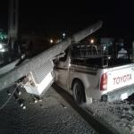 سقوط عمود كهرباء على سيارة يفصل التيار عن حي الدوائر بالمحافظة