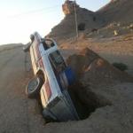 سقوط سيارة مواطن في حفريات على طريق الأحمر