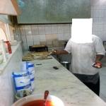 عامل بوفيه بالأفلاج يستقبل زبائنه بعلبة سجائر
