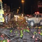 انقلاب شاحنة بطيخ يغلق الطريق العام بالأفلاج