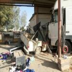 بالصور.. النعاس يتسبب في ارتطام شاحنة بإحدى ورش البديع