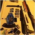 الدوريات اﻷمنية ضبط ثلاثيني بحوزته حبوب مخدرة وأسلحة نارية وطلقات حية