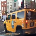 مبتعث في سيارة همر عليها شعار الهيئة في أمريكا تذكِّر بأوقات الصلاة