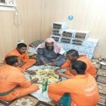 عضو هيئة يتناول وجبة غداء مع عمال النظافة