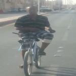 بالفيديو ... شاب يبهر المارة في شوارع اﻷفلاج