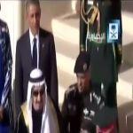 """الملك سلمان يعتذر إلى """"أوباما"""" في ساحة المطار لتأدية صلاة العصر"""