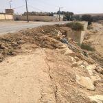 مواطن يقوم بعمل عقم ترابي لخطورة طريق في الغيل بالأفلاج
