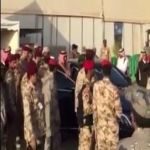 محمد بن نايف يعود من سيارته تلبيةً لطلب أحد الجنود