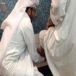 صورة مؤثرة لبرّ شاب سعودي بوالده بمطار الملك خالد تجتذب المغردين