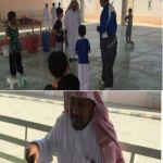 مرشد طلابي بالأفلاج يتحامل على مرضه ويستقبل طلابه على عصا