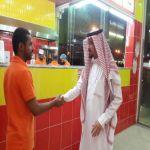 مدير مكتب العمل في محافظة الأفلاج يقوم بزيارة خاصة لمطعم وجبات سريعة يعمل به شابين سعوديين