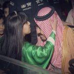 صورة طفلة تقبّل رأس خادم الحرمين تجتذب رواد مواقع التواصل