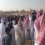 بالصور : أهالي الأفلاج يشيعون جنازة المقيم ناصر ومدير مكتب العمل يقدم لهم التعازي