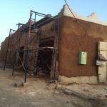 بالصور : لجنة التنمية السياحة ترمم المحلات القديمة الأثرية في السوق وشرق جامع الأفلاج الكبير