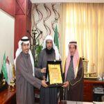 آل حسين يكرّم لجنة تنمية الأفلاج لرعايتها وتنظيمها معرض الأسر المنتجة