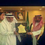 رئيس بلدية الأفلاج يكرم الشيخ ناصر آل بازع
