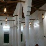 بالصور : مواطن بالأفلاج يعيد ترميم مسجد طيني عمره 55 سنة