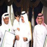 بالصور : الأمير متعب بن عبدالله يُقلد ابن الشهيد علي النتيفات وسام الملك عبدالعزيز