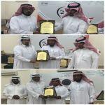 بالصور : ابتدائية أحمد بن حنبل تكرم معلمها المتقاعد وطلابها المتميزين وتخريج طلاب الصف السادس