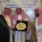 محافظ الأفلاج يكرم ناصر آل بازع