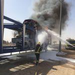 اندلاع النيران في شاحنة محملة بالسيارات جنوب الأفلاج
