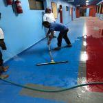 قائد مدرسة يهيئ مدرسته بعد موجة الغبار على الأفلاج