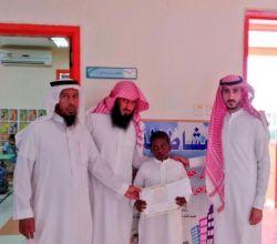 """الطالب """" مبارك الزعفران"""" يحصل على جائزة ابن كثير للتميز"""