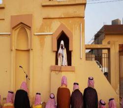 بالصور : أهالي الأحمر يؤدون صلاة العيد
