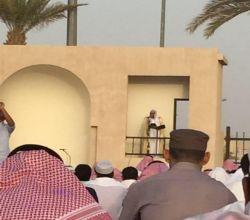 محافظ الأفلاج يتقدم المصلين في صلاة عيد الفطر