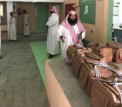 معلم يهدي طلابه المتميزين شنط لأدوات النزهات البرية