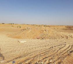 بالصور رمي المخلفات بوادي الأحمر غرب الأفلاج