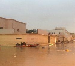 شاهد . احتجاز مركبات في تجمعات مياه الآمطار بالعاصمة الرياض