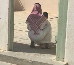 شاهد.. صورة عفوية تجسِّد لفتة أبوية لمعلِّم في الأفلاج مع أحد طلابه