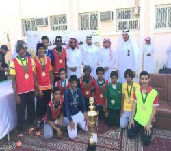 شاهد : مدير التعليم يتوّج ثانوية الملك فهد بكأس دوري المدارس
