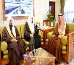 الأمير فيصل بن بندر يستقبل مدير الشؤون الإسلامية بمنطقة الرياض ومساعده