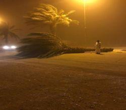 شاهد: بلدية الأفلاج تُزيل ما خلفته العواصف التي اجتاحت مدينة ليلى