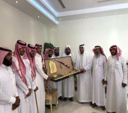 وفد من لجنة تنمية الأفلاج يزور رجل الأعمال الشيخ محمد الزنان