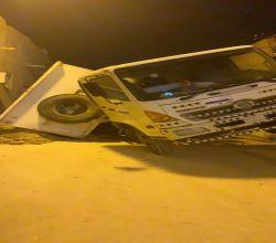شاهد : هبوط أرضي يبتلع شاحنة شرق السوق العام