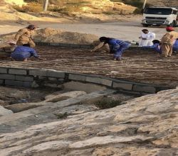 بالصور : بلدية الأفلاج تعيد إصلاح مدخل حراضة وتزيل آثار الشوائب التي خلفتها السيول بالإسكان