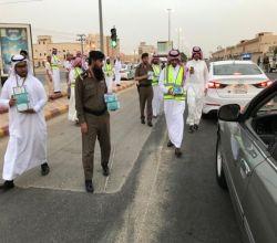 """بالصور : محافظ الأفلاج يشارك المتطوعين في مشروع """"رمضان أمان"""" بتوزيع الإفطار السيار"""