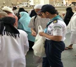 """بالصور : كشافة تنمية الأفلاج تقدّم """"1000 """"وجبة إفطار للمعتمرين وزوار بيت الله الحرام"""