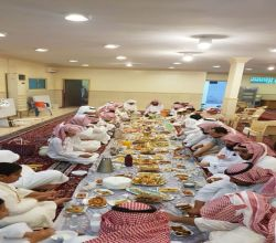 """إفطار جماعة المسجد"""".. صورة للتكافل الاجتماعي التي يتمسك بها أهالي الأفلاج"""